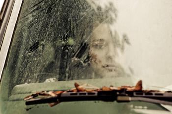 Frau im Auto bei Regen